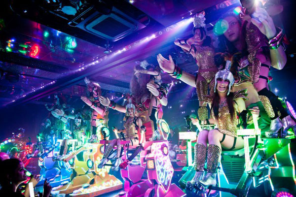 Japan: Dancing in clubs