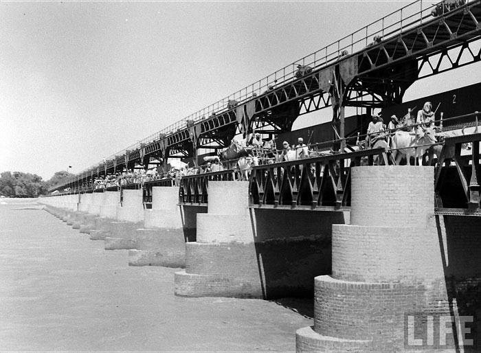 Bridges were flooded by people